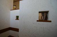 塗り壁とステンドグラス